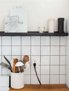 White square tiles and black grout White Tiles Black Grout, Black Wall Tiles, White Tile Backsplash, Kitchen Wall Tiles Design, Tile Design, Kitchen Flooring, Kitchen Backsplash, Kitchen Cabinets, Layout Design
