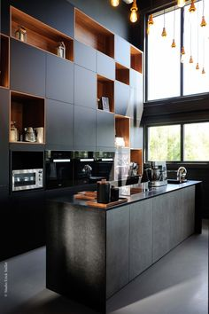 A black kitchen and a wood that looks like an industrial soft. Decorative niches … rnrnSource by Kitchen Dinning, Open Kitchen, Kitchen Decor, Kitchen Furniture, Kitchen Interior, Minimal Kitchen Design, Rustic Industrial Decor, Small Fireplace, Black Kitchens