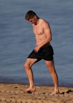 Owen Farrell Photos - Owen Farrell walks out of the ocean during the England recovery session held at St. Kilda Beach on June 2016 in Melbourne, Australia. England Rugby Players, Hot Rugby Players, English Rugby, Australian Beach, Six Nations, Ford, Having A Bad Day, Sport Man, Beautiful Men