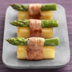 Flying buffet in the asparagus season: asparagus canapes wrapped with bacon - creative appetizers like an aperitif like from the party service - savor the delicious vegetables. Cheap Appetizers, Appetizers For Party, Appetizer Recipes, Asparagus Seasoning, Asparagus Recipe, Sushi Recipes, Chef Recipes, Party Recipes, Quick Recipes