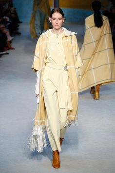 The complete Roksanda Fall 2018 Ready-to-Wear fashion show now on Vogue Runway. The complete Roksanda Fall 2018 Ready-to-Wear fashion show Today's Fashion Trends, Fashion 2018, Fashion Outfits, Fashion Design, Fashion Tips, Fashion Weeks, London Fashion, Elite Fashion, Dress Outfits