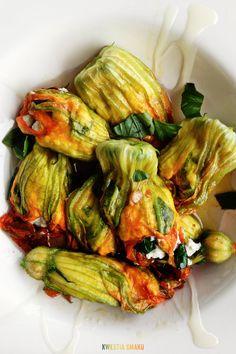 Ricotta stuffed pumpkin flowers Vegetarian Recipes, Cooking Recipes, Healthy Recipes, Healthy Food, Summer Vegetable Recipes, Zucchini Flowers, Pumpkin Flower, Vegetable Sides, Yummy Snacks