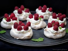 Pavlova dort – Pavlova Cake www.peknevypeceny… Pavlova Cake – Pavlova Cake www. Mini Pavlova, Pavlova Cake, Sweet Recipes, Cake Recipes, Dessert Recipes, Small Desserts, Something Sweet, Cheesecake, Food And Drink