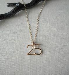 小さな2ケタ数字(ナンバー)ネックレスです。 数字は、1本の14KGFワイヤーを丁寧におり、制作しています。曲線を多くつくり少し立体感があるのが特徴です。華奢...|ハンドメイド、手作り、手仕事品の通販・販売・購入ならCreema。