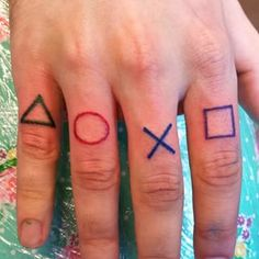 Estos tatuajes de Playstation para los nudillos. | Community Post: 25 Tatuajes que te transportarán a los noventa