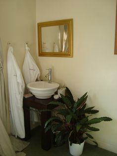 Bedroom sink Sink Units, Tiny House Bathroom, Sinks, Bedrooms, Mood, Mirror, Furniture, Home Decor, Quartos