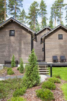 Linjakas kesähuvila Sysmässä Cottage Design, House Design, Summer Cabins, Modern Barn House, Lake House Plans, Cedar Siding, Weekend House, Villa, Tallit
