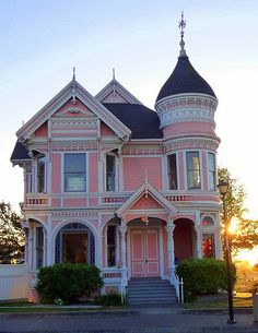 The Pink Lady- Queen Anne Style pink Victorian house. Pink Houses, Old Houses, Dream Houses, Deco Rose, Second Empire, Victorian Architecture, Modern Architecture, Woman Painting, Victorian Homes