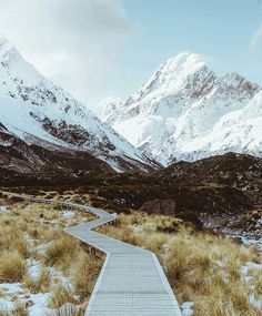 Being one of the most popular walks in Aoraki/Mt Cook National Park. Pass through Hooker Valley and walk beside the Hooker River. As stunning views of icebergs, glaciers and of course the mountains will have you amazed at every turn. Do not miss this walk. Stunning shot taken by @jasoncharleshill  Be sure to #destinationnz to grab a feature ✌