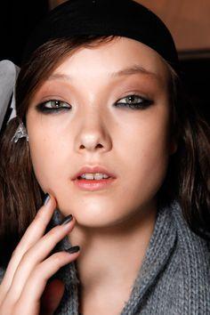 Sofisticado gris: El color para pintar tus uñas en invierno Para algo muy glam, dale un efecto mate a un variente ahumada de gris.