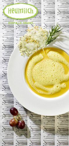 Kürbis-Trauben-Suppe mit Heumilch-Ziegenkäsetaler  Die Suppe wärmt den Bauch in der kalten Jahreszeit und kann als Vorspeise aber auch als Hauptspeise gereicht werden. Dazu einfach frisches Bauernbrot mit Heumilchbutter reichen.  Unser Tipp: Die Käsetaler können mit beliebigen Käsesorten hergestellt werden.  (Heumilch, Rezept, Essen, Kochen, Rezeptideen, Suppe, Kürbis, Herbst, Herbstrezept, Käse) Cantaloupe, Fruit, Food, Pumpkin Hummus, Pumpkin Curry, Good Things, Curry Recipes, Essen, Meals