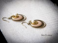"""Boucles d'oreilles courtes """"Sixtine"""", en émail rose poudré, jade blanche et laiton : Boucles d'oreille par electra"""