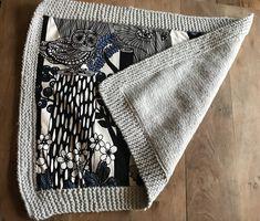 Couverture bébé en tricot et tissus Marimekko.  #tricot #Marimekko #couverture #bebe