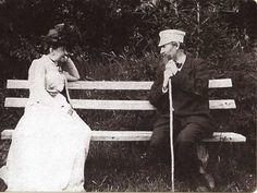 Е.Г.Мамонтова и В.М.Васнецов на скамье в парке. Абрамцево. Начало 1900-х