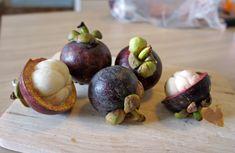 El Mangostán es una de las más dulces de la lista. Esta fruta es muy difícil de importar así que no suele encontrarse en Europa. Tiene el apodo de la Fruta de la Reina ya que hay una leyenda que dice que la Reina Victoria de Inglaterra (1819 – 1901) ofreció una gran recompensa a quien pudiera traerle esta fruta.