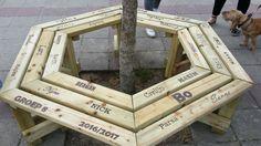 Jaaaa!! Wat een fantastisch idee! Een boombank (die als bouwpakket thuisbezorgd wordt) bewerken door middel van pyrografie. Zo hebben de leerlingen van groep 8 een mooi afscheidscadeau gegeven aan hun basisschool.  De boombank bestel je natuurlijk bij jouw online houthandel Gadero. Klik op de foto voor meer details!