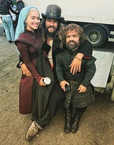 emilia clarke jason momoa and peter dinklage behind the scenes of game of thrones Clarke Game Of Thrones, Game Of Thrones Set, Acteurs Game Of Throne, Pandaren Monk, Hipster Noir, Game Of Throne Actors, Game Of Trones, My Sun And Stars, Khal Drogo