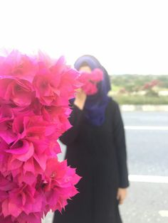 Just beautiful! Blue Hijab and pink flowers. Cute Girl Poses, Cute Girl Pic, Stylish Girls Photos, Stylish Girl Pic, Hijabi Girl, Girl Hijab, Beautiful Girl Image, Beautiful Hijab, Dps For Girls