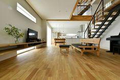 中2階のある螺旋状の家_リビング Interior Architecture, Flat Screen, Conference Room, Living Room, Table, House, Furniture, Home Decor, Decoration