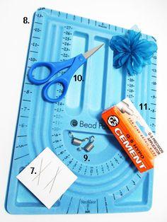 Herramientas para Bisutería:7)aguja mostacillera,8)tablero para diseñar,9)resorte para parar las cuentas(también se puede utilizar una pinza sujetapapeles),10)tijeras,11)pegamento para bisutería