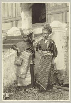 Portret van een Minangkabau jongen en meisje in traditionele kleding in Batipoe., Christiaan Benjamin Nieuwenhuis, 1890 - 1912