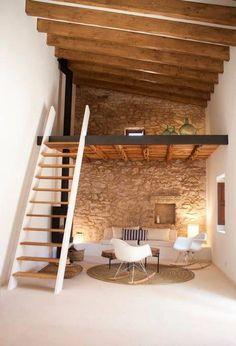 Un petit espace avec un mur en brique rajoute charme et caché à votre intérieur! Le mur blanc et le mobilier blanc se contrastes merveilleusement bien avec les poutres en bois !