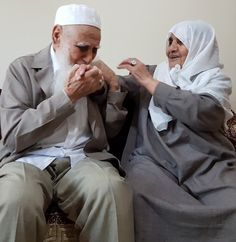 Shared by Find images and videos about flowers, islam and arabic on We Heart It - the app to get lost in what you love. Cute Muslim Couples, Old Couples, Cute Couples Goals, Couple Goals, Muslim Couple Photography, Family Photography, Photography Poses, Wedding Photography, Image Photography