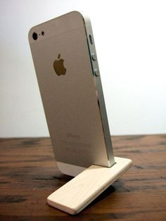 soporte de iPhone 5 y 5S. arce con forro de por yournestinspired