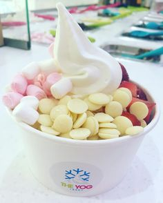 How about this for a perfect Sunday treat?! Fat free Natural Greek FroYo (approx. 190kcaks!) fresh strawberries white chocolate buttons & marshmallows  #FroYo #Sundays #sundaes #lazy #treat #weekend #chocolate #fruit #calories #healthy #alternative #strawberries #naturalgreek #frozenyogurt #hoylake #wirral #liverpool by theyogbar