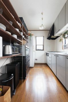 「料理を作るのも食べるのも大好き、自宅でホームパーティをすることも多い」。そんな料理上手のキッチンでは、ものの管理がしやすい「見せる収納」と、生活感を出さない「隠す収納」がバランスよく取り入れられていました。