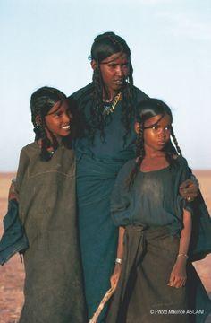 Woman and young girls Tuaregs, Niger © Photo Maurice ASCANI - NaturalAfrican Women African Tribes, African Women, African Culture, African History, Beautiful Black Women, Beautiful People, Tuareg People, Yoruba, Grace Jones