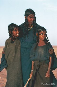 Africa | Tuareg woman with two young girls. Niger  | ©Maurice Ascani