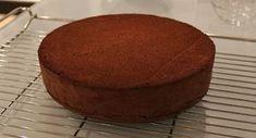 O Genoise de Chocolate é o bolo de chocolate preferido dos grandes confeiteiros. Ele fica delicioso, macio. úmido, combina com uma infinidade de recheios e