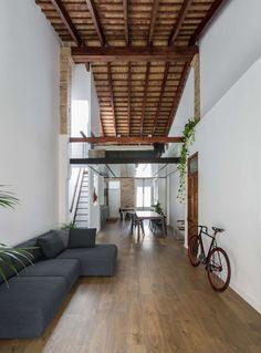 "This peculiar and personal ""loft"" is located near Malvarrosa Beach, in the distinctive neighborhood of ""El Cabañal"" at Valencia City. The Origin house respon..."