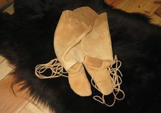 Moccasins How to make one-piece moccasins in Tutorial Section Forum Native American Clothing, Native American Regalia, Native American Crafts, Native American Beadwork, Beaded Moccasins, Baby Moccasins, Leather Moccasins, Make Your Own Shoes, Leather Projects