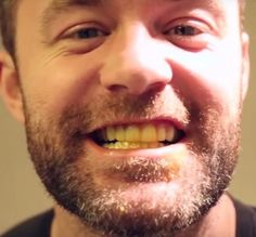 This man has a laughably simple trick for whitening teeth. All you need is a paste with a secret ingredient. Health And Beauty, Health And Wellness, Health Fitness, Makeup Tips, Hair Makeup, Bra Hacks, White Smile, Make A Person, Teeth Whitening