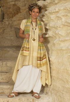 túnica de seda shantung y los pantalones harem blanco, collar étnico