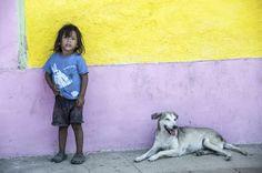 """Jack Filippini  """"La Calzada di Granada, atto secondo. Chi sarà il bambino nella foto? E il cane? Sarà suo? Dove sono i suoi genitori (del bambino)? E quelli del cane? Come mai s'ignorano, avranno litigato? A dire la verità, le domande che mi riempivano la testa quando mi sono trovato davanti questa scena erano altre; e questa purtroppo è una scena tipica in Nicaragua.""""  Granada, Nicaragua - 2013"""