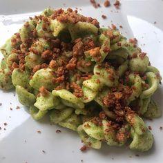 Bloccato all'Elba dal maltempo, ma in cucina ci sto comunque! ORECCHIETTE ALLA CREMA DI BROCCOLI E MOLLICA CROCCANTE 🥦🍞 ————————————— Per 500g di pasta: - un broccolo da 500g - mollica di pane, anche vecchio di qualche giorno - aglio - olio - 1 alice sott'olio ————————————— - bollire le cime del broccolo in una pentola piena d'acqua con una manciata di sale (15 min circa) - scolare con una schiumarola i broccoli e frullarli con olio, pepe e un mestolo d'acqua in cui ha cotto (tenere… Avocado Toast, Sprouts, Broccoli, Aglio Olio, Pane, Vegetables, Breakfast, Alice, Food
