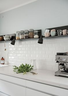 White Subway Tiles / Weiße Metrofliesen in der Küche White Subway Tiles / White Metrofiles in the kitchen Kitchen Interior, Interior, Kitchen Room, Kitchen Remodel, Kitchen Decor, White Subway Tiles, Kitchen Wall, Home Kitchens, Kitchen Design