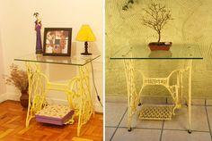 """Uma máquina de costura antiga pode virar mesa, aparador, bancada, escrivaninha, penteadeira, banco, floreira e até base da pia do banheiro. Nos projetos mais simples, a base da máquina ganha um tampo de madeira, vidro ou mármore e pronto!<br><br>Veja mais opções de <a href=""""http://bbel.com.br/decoracao/post/bbel-viu-e-gostou/maquina-de-costura-antiga-na-decoracao"""">máquinas de costura antigas na decoração</a>."""