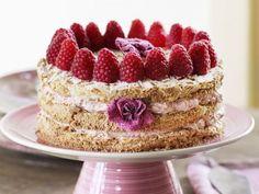 Smörkräm, hallon och mandel. Vilken lyxig tårta!