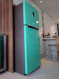 Envelopamento de geladeira na cor verde tiffany. Top Freezer Refrigerator, Tiffany, Kitchen Appliances, Home Decor, Diy House Decor, Colors, Home, Cooking, Diy Kitchen Appliances