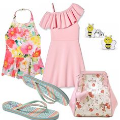 Ecco un outfit per una bimba in spiaggia! Costume intero fantasia floreale, abitino rosa con motivo di voulant. Pratica l'infradito verde acqua. Zainetto in fantasia rosa, piccoli orecchini smaltati a forma di ape.