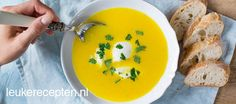 Met maar een paar ingredienten maak je deze makkelijke soep van gele paprika's en kokosmelk