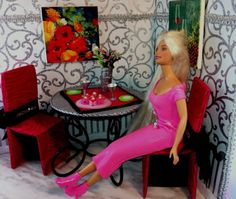DIY Barbie Dining Room - Repurposed coasters for wall art. Barbie Furniture Tutorial, Diy Barbie Furniture, Fairy Furniture, Diy Doll Projects, Doll Crafts, Barbie Dolls Diy, Barbie Clothes, Barbie Diorama, Miniature Crafts