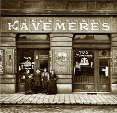 Kosher Coffee Shop in Budapest, before WW II. Old Pictures, Old Photos, Vintage Photos, Provence Style, Budapest Hungary, Vintage Photography, Historical Photos, Coffee Shop, Black And White