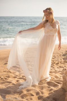 Vestidos de novia románticos (y muy vintage) para bodas en la playa #novias #bodasenlaplaya #vestidosdenovia #tendencias
