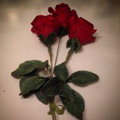 """Laget 3 langstilkede røde roser i sukkerpasta made roses of sugarpaste . #rose #røderoser #langstilkede #bakemag #gmn #re #caketopper…"""