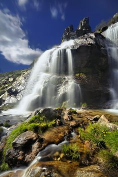 Waterfall in Madrid, Spain. I saw this when I was in Madrid. It's a really tall waterfall, I would like to visit it again. Places Around The World, Oh The Places You'll Go, Places To Travel, Travel Destinations, Places To Visit, Around The Worlds, Beautiful World, Beautiful Places, Espanto